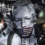 Niegan libertad condicional a Assange; Fiscalía británica usa invitación de AMLO como argumento de fuga