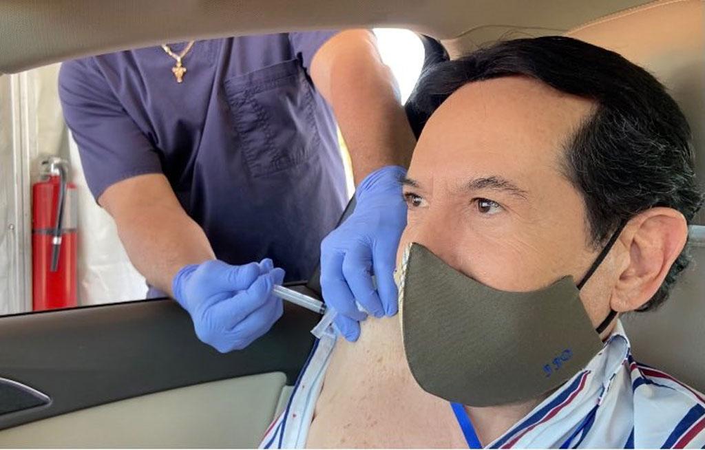 Juan José Origel se vacuna en Miami en calidad de turista; redes y medios lo condenan