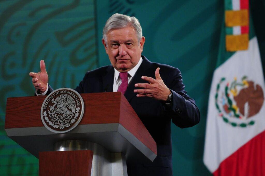 "Presidente López Obrador acusa al INE por ser ""supremo poder conservador"" por eliminar candidaturas de Morena"