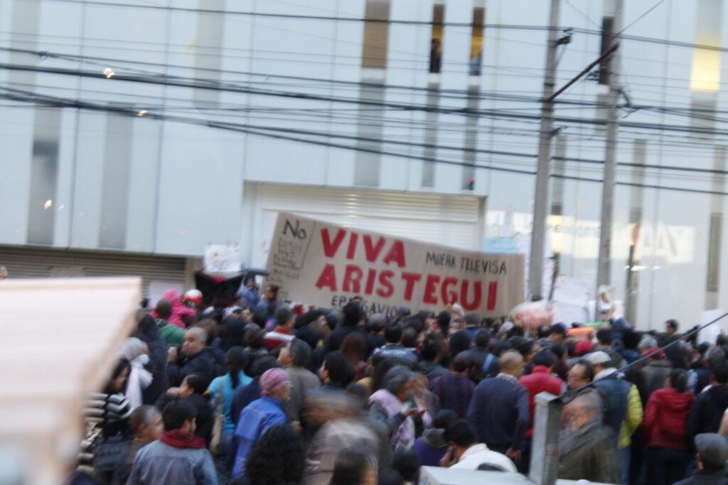 Protesta la audiencia a fuera de MVS marzo 2015