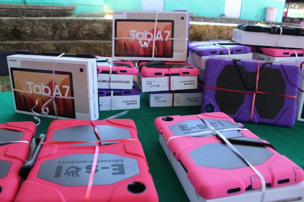 Entrega SEE de Michoacán cerca de 500 tabletas electrónicas a estudiantes que más lo necesitan
