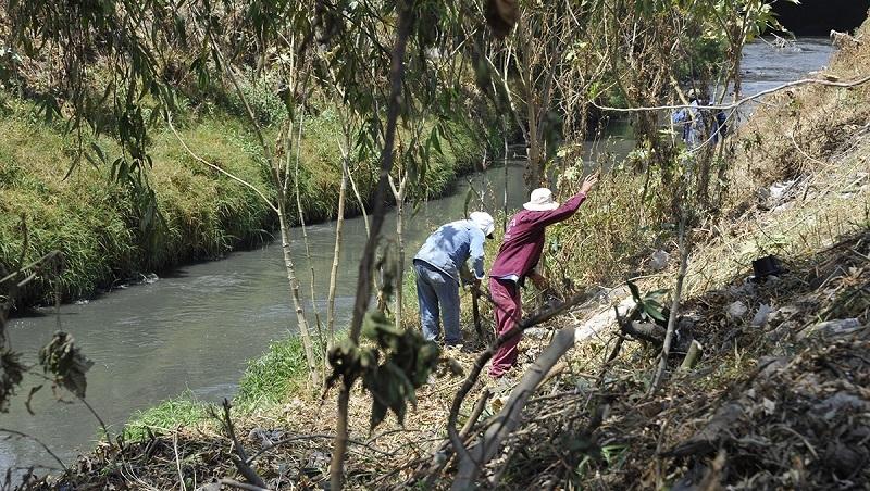 Para prevenir inundaciones, gobierno de Coacalco limpia canal de cartagena