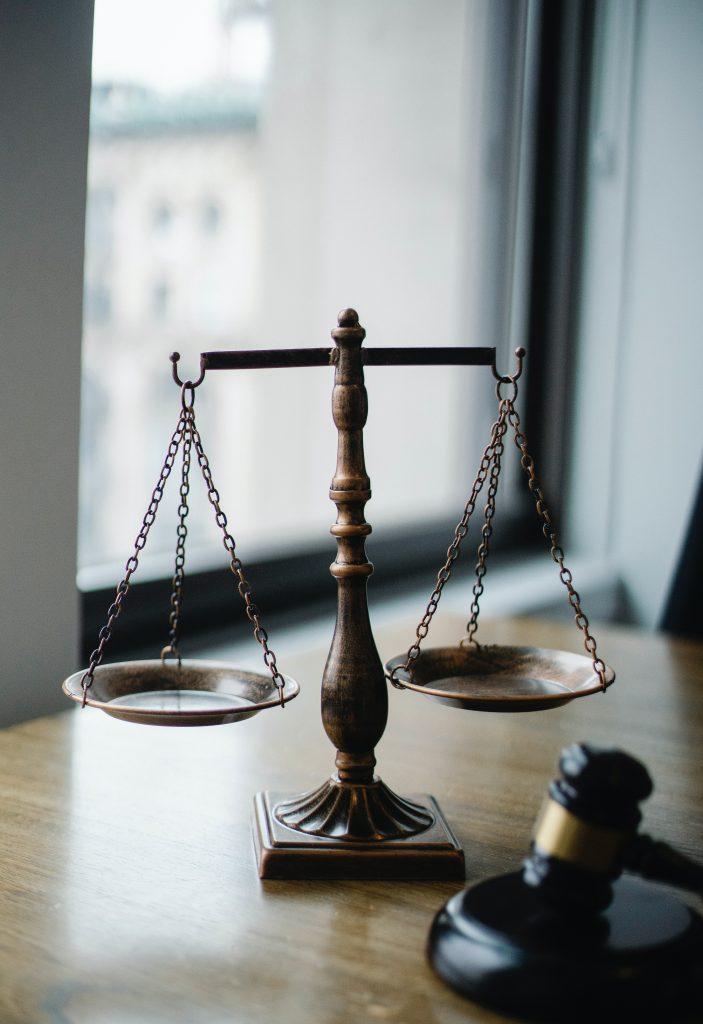 Corresponde a los tribunales colegiados resolver los conflictos por separación de juicios de amparo indirecto bajo las reglas previstas para la acumulación