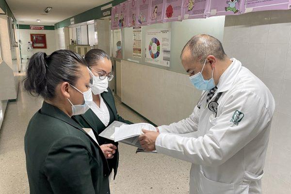 Médico urgenciólogo del IMSS en Puebla regresa a salvar vidas tras 12 días intubado por COVID-19