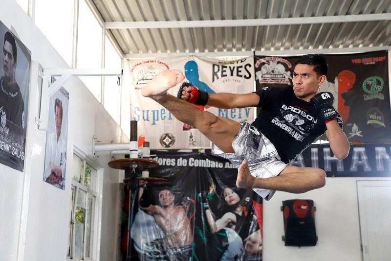 Médico interno de pregrado del IMSS, campeón mundial de Artes Marciales Mixtas, dedica su triunfo a personal que combate el COVID-19