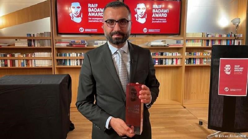 El periodista turco Alican Uludağ obtiene el Premio Raif Badawi